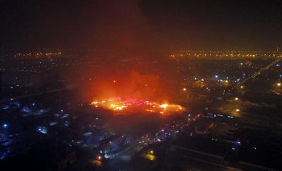 天津港保稅區一廢紙堆發生火災